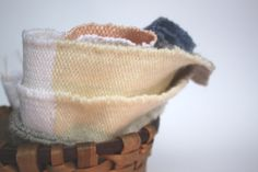 Læn tissages, paniers et céramiques Laundry Basket, Wicker, Weaving, Organization, Wool, Handmade, Decor, Baskets, Hand Made