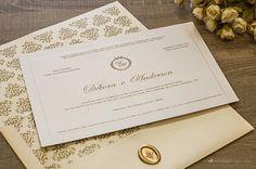 Convite de casamento com brasão exclusivo, lacre de cera e forro com uma linda estampa adamascada.