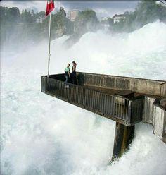 Mirador en las cataratas del río Rin en Zurich, Suiza