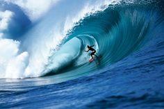 Surf tirando uma onda nas melhores ondas do mundo Para alguns surfistas, não basta apenas que o mar seja lindo, com lindas mulheres e um belo sol. O que vários amadores ou profissionais procuram é altas aventuras com muita adrenalina, e um dos locais de maior destaque é a praia Mavericks, situada na Califórnia (EUA).