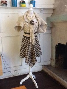 Vestido en telar con terminaciones en crochet, bolero tejido a crochet, bufanda en trenza con pinche en flor tejido a crochet.