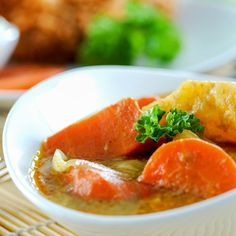 Dinde au curry, pommes de terre, lait de coco Thai Red Curry, Cantaloupe, Fruit, Ethnic Recipes, Food, Recipe, Apples, Meal, Kitchens