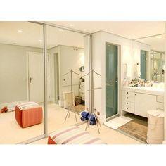 Closet e banheiro integrados