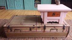 Salontafel gemaakt van een  dak koffer uit 1904. Waarschijnlijk gebruikt op een koets. Op de dak koffer een kleine opgeknapte tafel.