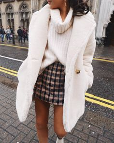 White turtleneck sweater and coat with plaid mini skirt outfit Winter Outfits For Teen Girls, Fall Winter Outfits, Ootd Winter, Winter Clothes, Skirt Outfits For Winter, Winter Fashion For Teen Girls, Snow Clothes, Summer Outfits, Dress Winter