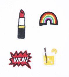 Kit com quatro apliques termocolantes sendo um batom, um copo de caipirinha, um balão WOW, e um arco-íris. É hora de apostar no colorido para incrementar a jaqu...