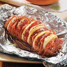Une manière différente de servir des pommes de terre, cuites sur le barbecue. Avec une saveur qui peut évoquer celle du bacon, le prosciutto apporte une touche de raffinement à ces pommes de terre en papillotes. Barbecue, Baked Potato, Hamburger, Brunch, Food And Drink, Pork, Menu, Cooking, Saveur