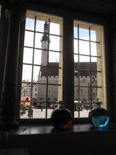 Tämä näkymä on Raadinapteekin ikkunasta. Se on vanhin Euroopassa, samoissa tiloissa toimiva apteekki. Raadinapteekki on palvellut tallinnalaisia vuodesta 1422 asti. Sieltä voit paitsi hankkia nykypäivän lääkkeitä, tutustua menneiden vuosisatojen lääketieteeseen. Raadinapteekissa on apteekkimuseo sekä maksullisia työpajoja, kuten marsipaanityöpaja.