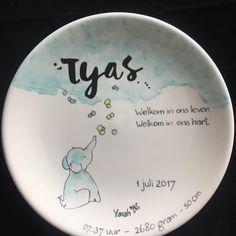 Geboortebordje aan de hand van het kaartje. Het was weer een plezier om te maken. #handbeschilderd#cadeau#geboorte#porselein#hebben#kind#persoonlijk#uniek#baby#kraamcadeau#lief#herinnering#geboortekaartje#handmade#origineel#opjebordje.nl