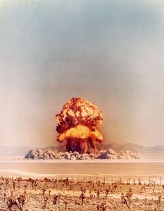 From the point that the US drooped the atomic bomb on Japan to end the second world war, but it started a nuclear arms race world of the two super powers the US and the USSR Nagasaki, Hiroshima, Nuclear Bomb, Nuclear War, Fukushima, Photo Champignon, Bomba Nuclear, Nuclear Apocalypse, Fallout New Vegas
