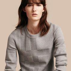 Ein warmer Pullover aus Wolle, durchsetzt mit Elasthan für besonders hohen Tragekomfort. Das Strickdesign besticht durch ein dezentes Check-Muster.