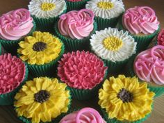 Piped buttercream flowers by Sunflower Cake Company