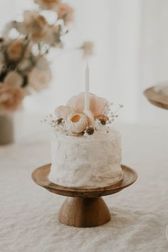 For those with a sweet tooth, selecting the perfect wedding cake for one's wedding can prove to be one of the favorite aspects of the wedding planning process. 1st Birthday Girls, First Birthday Parties, First Birthdays, Paris Birthday, Spa Birthday, Smash Cake Girl, Girl Cakes, Baby Cakes, Daisy Party