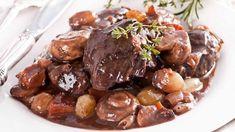 Boeuf bourguignon au Thermomix,un bon plat de viande cuisinée au vin rouge de Bourgogne, avec une garniture de champignons, de carottes, de petits oignons et de lardons.