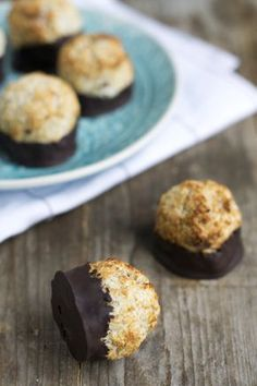 Healthy coconut balls with chocolate 02 Healthy Sugar, Healthy Cake, Healthy Baking, Healthy Desserts, Delicious Desserts, Healthy Food, Baby Food Recipes, Sweet Recipes, Baking Recipes
