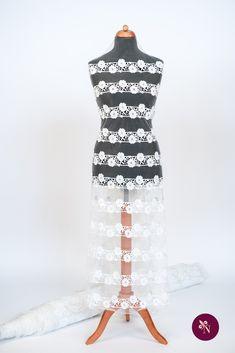 Broderie albă spartă pe bază din tulle fin lucios. Broderie cu design floral realizat din fir alb mat. Modelul broderiei este dispus în coloane longitudinale repetitive, alcătuite din flori. Broderia se poate utiliza pentru confecționarea rochiilor de mireasă. Apron, Model, Design, Fashion, Embroidery, Moda, Fashion Styles, Scale Model