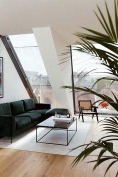 Obývačka sveľkorysými oknami ponúkajúcimi dostato...   DOMA.SK Living Room Green, New Living Room, Living Room Sofa, Apartment Living, Green Velvet Sofa, Guest Room Office, Black Decor, Sofa Design, Art Deco