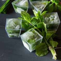 Kruiden ingevroren in ijsblokjesvormen zien er ook nog eens prachtig uit. -  Herbs frozen in ice cube shapes also look beautiful again
