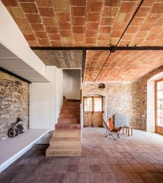 Architecture studio Anna and Eugeni Bach has recently converted a chocolate factory in the Spanish town of La Bisbal into a family home and studio apartment. Concrete Staircase, New Staircase, Contemporary Architecture, Interior Architecture, Metal Beam, Journal Du Design, Floor Layout, Chocolate Factory, Brick And Stone