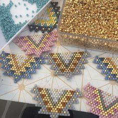 Salen más regalito!! Gracias a todos! #bisuteriafina #regalosmadrid #hechoamano Peyote Stitch Patterns, Bead Loom Patterns, Jewelry Patterns, Beading Patterns, Seed Bead Projects, Native Beadwork, Baubles And Beads, Peyote Beading, Beading Tutorials