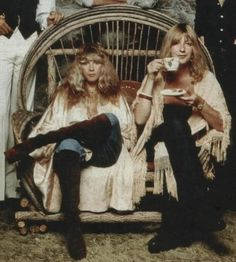 Stevie Nicks and Christine McVie fleetwood mac rocker rock n roll women vintage fashion style tunic top blouse shirt jacket jeans boots hair hippie boho looks Beatles, Lindsey Buckingham, Rock And Roll, Pink Floyd, Stevie Nicks Fleetwood Mac, Stevie Nicks 70s, Fleetwood Mac Lyrics, Fleetwood Mac Live, Hippie Man
