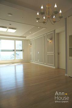 home decor wallpaper Home Room Design, Living Room Designs, Living Room Decor, House Design, Bedroom Decor, Classy Living Room, Wainscoting Styles, Bedroom False Ceiling Design, Wall Molding