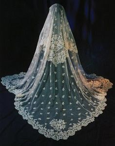 antique lace veil. i just love this!!!!