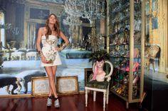 Anna posa en su casa para S Moda con vestido de Fausto Puglisi. Los accesorios son todos de Anna Dello Russo para H.