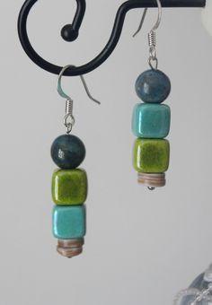 Boucles d'oreilles perles semi-précieuses céramique coquillage bleu vert. Boucles d'oreilles composées de 2 cubes en céramique de 8mm bleu turquoise et vert, d'une perle de 8mm en chrysocolle bleu-vert, et de 2 palets de coquillage.