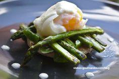 Une recette de saison avec quelques asperges grillées sur lesquelles vient se poser un œuf presque mollet et un peu de crème au parmesan et comté.