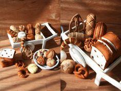 〜自分で作るフェルト製おもちゃ〜 パンやさんごっこ(フェルトままごとブック)フェルト製、パンのレシピと型紙です。 写真の全ての小物を、解説しています。 たくさんの同系色のパンの中でも、 個々の特徴が分…