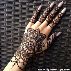Girls paint their hands and legs with lovely and pretty new mehndi designs. These stunning mehndi designs are perfect for everybody. Pretty Henna Designs, Finger Henna Designs, Modern Mehndi Designs, Mehndi Design Pictures, Mehndi Designs For Girls, Mehndi Designs For Fingers, Dulhan Mehndi Designs, Beautiful Mehndi Design, Henna Tattoo Designs