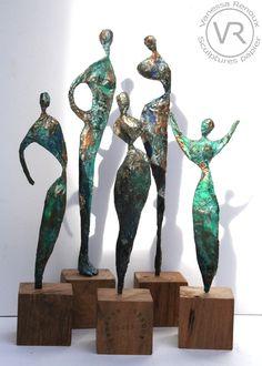 Sculptures et statuettes, idoles, femmes et hommes, en papier journal patiné façon bronze, hauteurs entre 20 et 35 cm. Sur socles de bois. Par Vanessa Renoux.