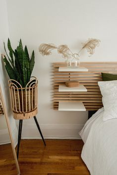 An alternative to bedside table: headboard with built-in shelves Wooden slat headboard with shelves in this cozy neutral bedroom with lots of plants<br> Interior, Home Bedroom, Bedroom Interior, Headboard With Shelves, Home Decor, Wood Headboard Bedroom, House Interior, Interior Design Bedroom, Bedroom Headboard