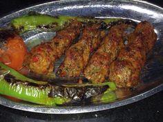 Gaziantep'in yöresel kebaplarından biri olan simit kebabı, yörede simit adı verilen koyu renkli köftelik ince bulgur ve zırh ile çekilmiş et ile hazırlanır.