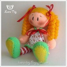 Una linda muñeca para hacer en amigurumi, rubita con el pelo rizado. Puedes cambiar colores, como en vez de rubia, vestidito en vez de blanco rosita y así hasta personalizar tu propia muñeca hacién…