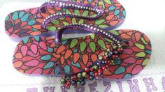 BijuTheca a arte em minhas mãos apresenta chinelas havaianas bordadas para colorir seus caminhos contato 983576767 ou bijutheca@gmail.com,