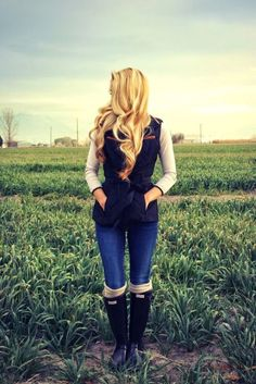 Really cute outfit. Love the hunter boots of course!