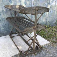 Chariot industriel dans son jus, avec ses roulettes d'origine. Structure en acier avec 2 plateaux en lamelles en bois de 95 x 52 cm. Peut servir de desserte pour une cuisine ou un atelier, ou dans une boutique.