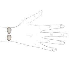 Dieses ausgefallene 5-teilige Armband Ava mit großen Hämatitsteinen in Grau und Weiß ist ein stilsicheres Accesoire zum Clean Chic. Ein dezentes Statem…