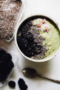 Spirulina Banana Mango Smoothie Bowl | Smoothie Sundays | Will Frolic for Food | Bloglovin'