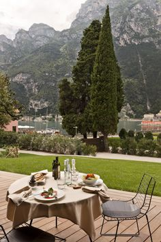 Our Tremani Bistro, with its spectacular and panoramic location, a few meters from the lake, it gives guests a choice of different products: home-made ones, those based on local, seasonal fare and those to suit the times and the rhythms of a working lunch. www.lido-palace.it