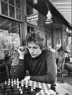 Daniel Kramer: Bob Dylan playing chess, Woodstock 1964