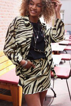 Dit rokje is perfect te combineren met een leuk zwart shirtje en als je je look helemaal wilt afmaken, combineer dat met bijpassend zebra jasje! Wij zijn verkocht! Looooove it! Casual Street Style, Festival Outfits, New Trends, Beyonce, Best Sellers, Womens Fashion, Fashion Trends, Female, Couple Goals