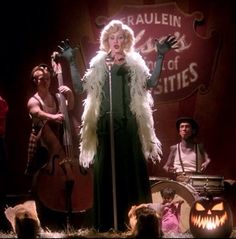 I really love Elsa in Freak Show. She got my heart in the song 'Life on mars' i cry everytime this song is played.