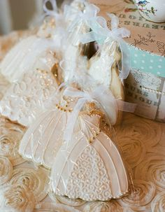 The Most Adorable Wedding & Engagement Cookies For Your Sweet Tooth - Wilkie: The details on these wedding dress cookies are so gorgeous and so fit for any wedding or engagement! Fancy Cookies, Iced Cookies, Cut Out Cookies, Cute Cookies, Royal Icing Cookies, Cupcake Cookies, Sugar Cookies, Cupcakes, Owl Cookies