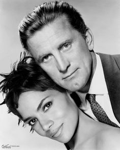 Kirk Douglas and Halle Berry Members of the Strong Chin work out club. Kirk Douglas, Old Hollywood Glamour, Golden Age Of Hollywood, Classic Hollywood, Easy Listening, Stanley Kubrick, Old Movie Stars, Actrices Hollywood, Star Wars