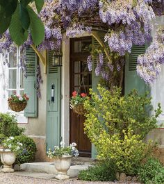 An early farmhouse, a maison de maître transformed into a designer's dream, and a restored century château are featured in the French Cottage issue. Style Cottage, Cottage Homes, Cottage Porch, Cottage Chic, French Country Cottage, French Country Style, Country Cottages, Country French Magazine, Country Homes