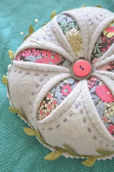 Tea Rose Home: New Pattern ~ Winter Daisy - a-dor-a-ble pincushion! Vintage Sewing Notions, Vintage Sewing Machines, Sewing Spaces, Sewing Rooms, Sewing Crafts, Sewing Projects, Felt Pincushions, Sewing Box, Sewing Kits