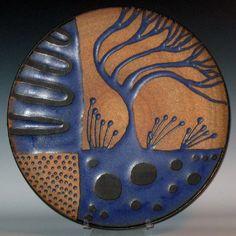 Un diseño con un árbol azul